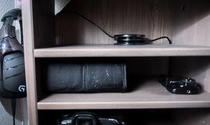 Et skrivebord med hull for kabelgjennomgang gjør det enklere å holde orden..