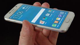 AMOLED-skjermer, så som i Samsung Galaxy S6, byr på klasseledende kontrast og innsynsvinkel. Fargene er også svært gode.