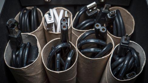 Tomme doruller og en pappeske blir et enkelt, billig og oversiktlig kabel-lager.