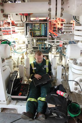 Pål Jacob Nessjøen (partner i Kelda) under installasjon av PLS for flow-loop-testing i Abu Dhabi i september i år.