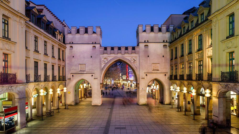 I desember kan det bli tur til München, her Karlstor og Karlsplatz i sentrum av byen.