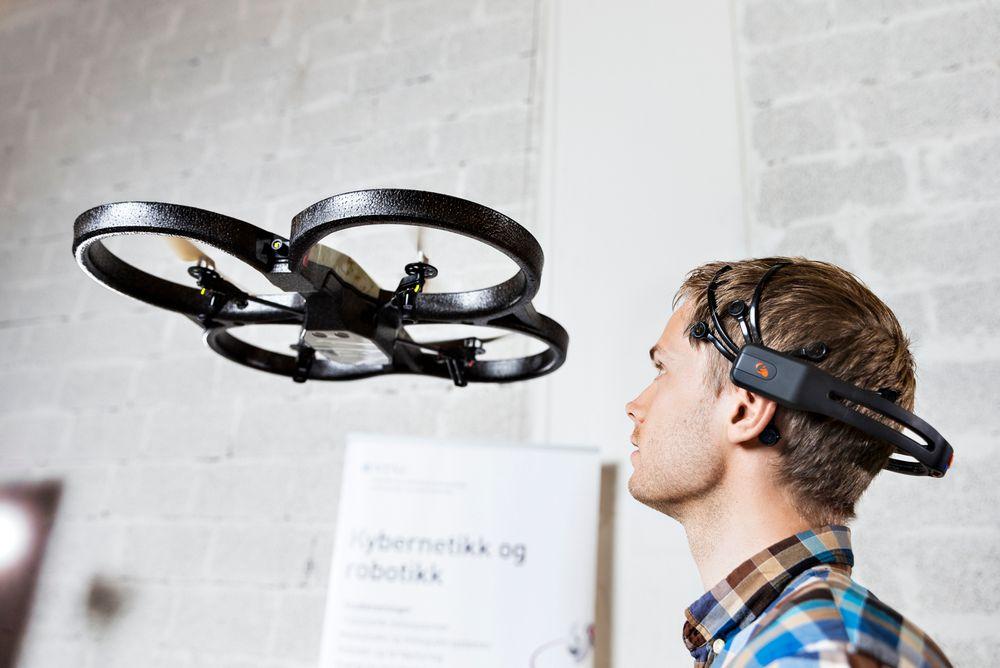 Doktorgrads-stipendiat Atle Rygg Årdal ved NTNU med tankestyrt drone. Foto: Geir Mogen