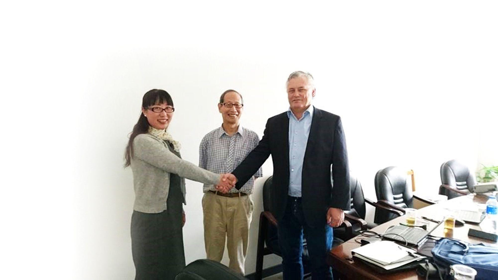 Fra venstre: Professor Jinghui Yang fra SSPU, professor Kesheng Wang fra NTNU og daglig Jan Erik Evanger fra APX systems AS.