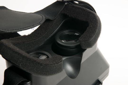 Skarpheten justeres ved å vri hver av linsene. Det betyr at du må ta av deg brillene for å justere.