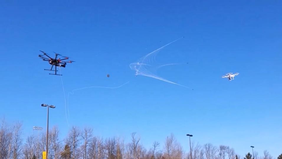 Bildet viser en drone som er i ferd med å bli fanget.