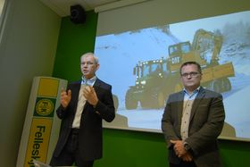 Frode Dahl, direktør maskin i Felleskjøpet Agri og Erik Sollerud, administrerende direktør i Pon Equipment AS under presentasjonen av samarbeidsavtalen.