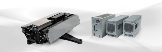 Et eksempel på en antennemodul som brukes i fly, med tilhørende strømforsyninger og kommunikasjonsutstyr.