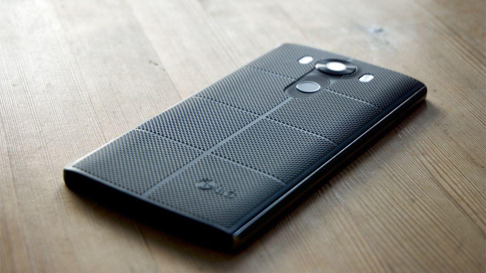 LG V10 er en lekker telefon, med en mildt sagt særpreget bakside. Baksiden gir også svært god gripeflate, noe som kommer godt med siden V10 også er en skikkelig svær sak.