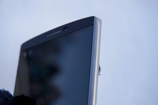 Sidene på telefonen er i metall, og gjør at kvaliteten oppleves langt bedre enn plasten fra forgjenger LG G4.