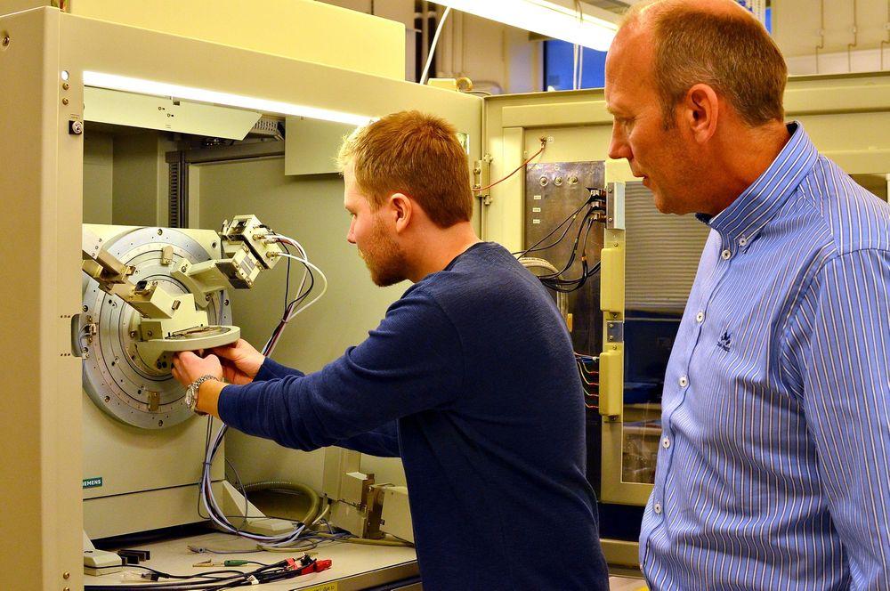 Tor Olav Sunde (til venstre) er på en lab hvor NTNU gjør Røntgendiffraksjon. XRD(X-Ray Diffraction) er en veldig enkel og effektiv teknikk for å bekrefte at tynnfilmen er blitt dannet og at den har den riktige krystallstrukturen.