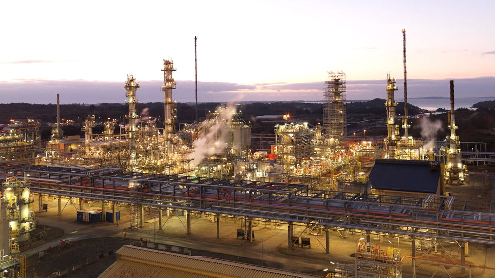 Statoil mener landanleggene drives med for høye kostnader og for lav effektivitet. Her fra raffineriet på Mongstad.