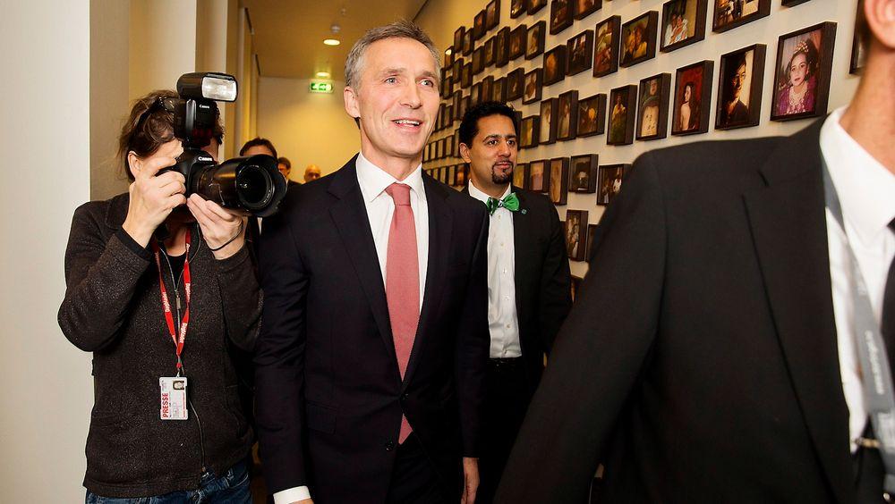 Tidligere statsminister Jens Stoltenberg (Ap) og saksordfører Abid Q. Raja (V) ankommer høringen om Mongstad i Stortingets kontroll- og konstitusjonskomité mandag.