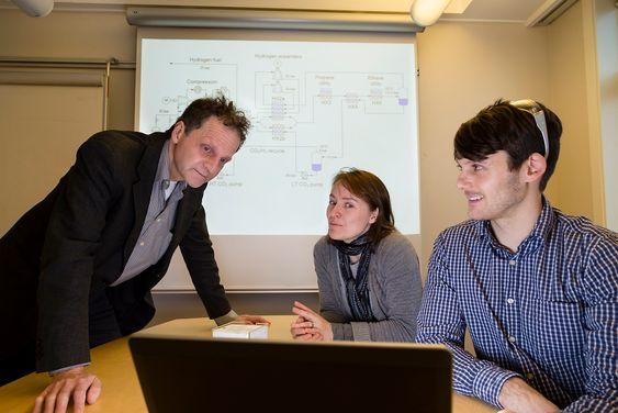 """Sentrale aktører i """"Kald CO2-fangst""""-prosjektet diskuterer resultatene. Fra venstre: sjefforsker Petter Nekså, forsker Kristin Jordal og sivilingeniør David Berstad, alle SINTEF Energi."""