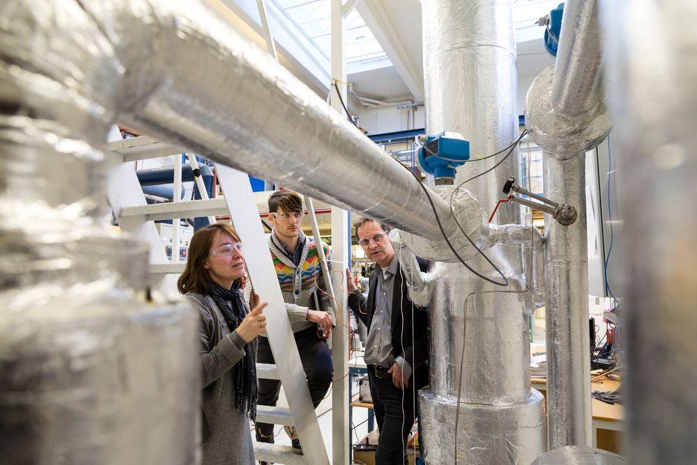 SINTEF-forskere har oppdaget at det kan være mer energieffektivt og billigere enn antatt å fange CO2 fra energi og industri kald og i væskeform. CO2 som fanges slik, kan lastes rett på skip og fraktes til lagringssteder offshore før rørledninger kommer på plass.