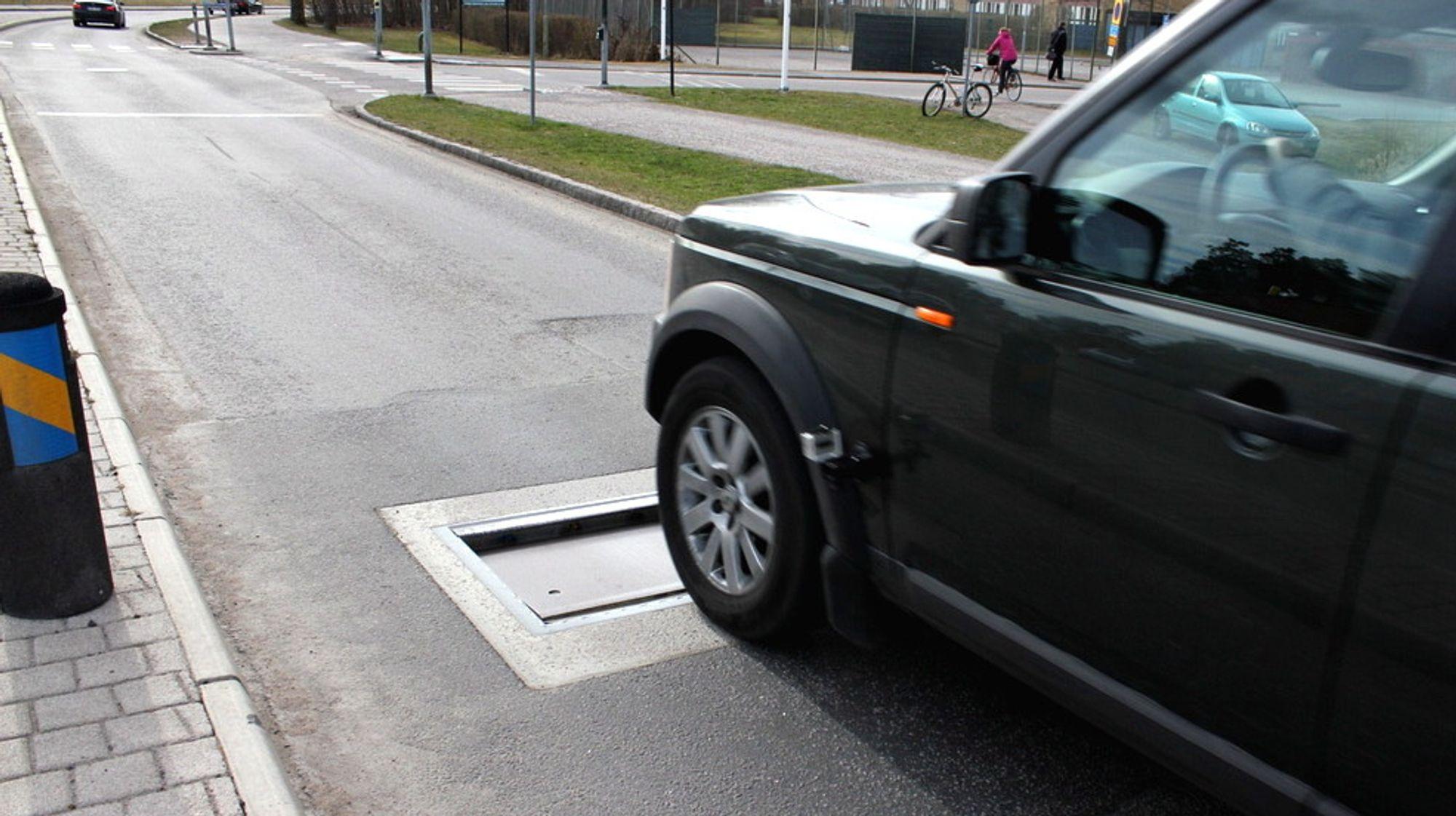 En bil kjører over en radarstyrt fallempe i Linköping i Sverige - hjemstedet til produsenten av systemet.