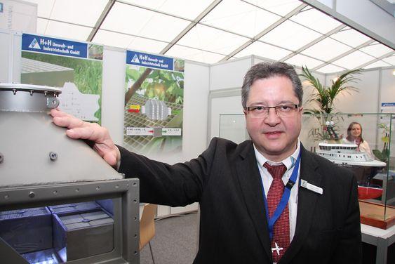 Administrerende direktør Michael Heck i H+H Umwelt und industritechnik med modell av katalysatoren de har tatt 90 prosent av markedet med.