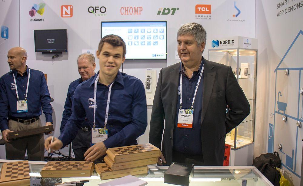 På CES: Smil til Teknisk Ukeblad, Magnus!  Magnus Carlsen besøkte sin sponsor Nordic Semiconductor på CES.