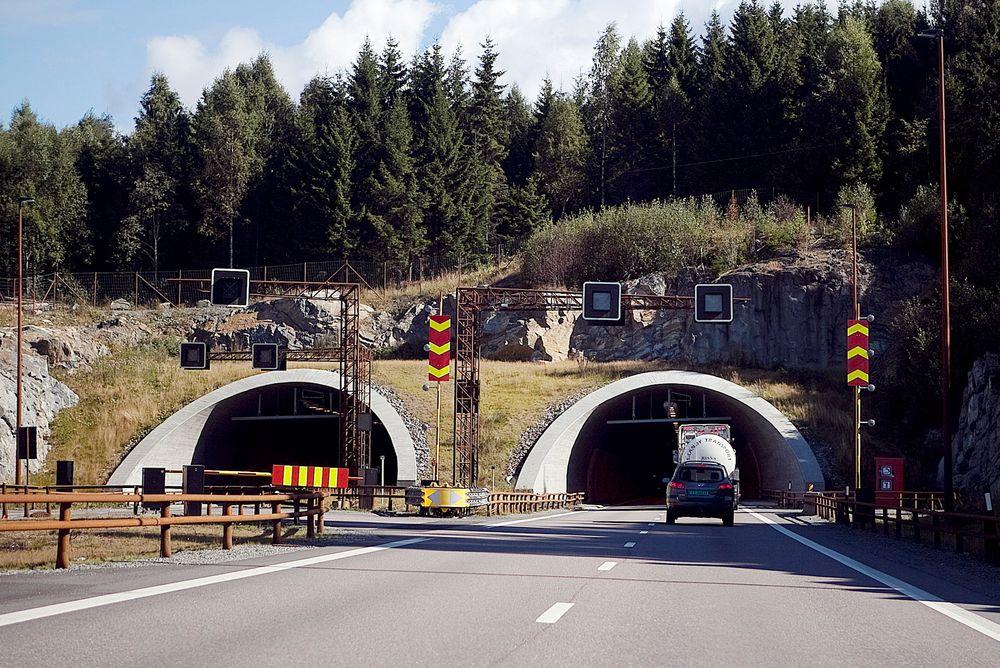 På E6 mellom Gardermoen og Biri er rusttregt stål brukt til rekkverk og midtdelere.