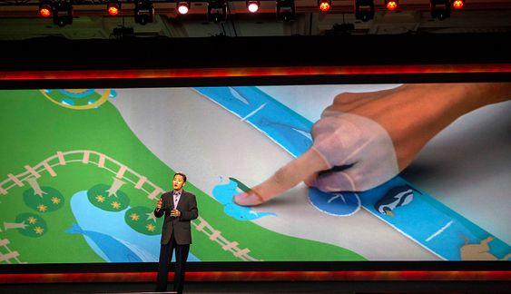 Vil revolusjonere: Sonys toppsjef Kazuo Hirai vil ikke la skjermen være noen begrensing. Med en liten laserprojektor i taklampa kan hele kjøkkenbordet bli til en skjerm du kan jobbe på eller bli underholdt av.