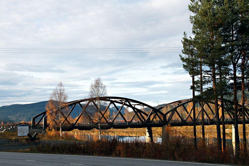 Evenstad bru i Østerdalen regnes som en av de første moderne trebrukonstruksjoner. Den har tverrspente dekker som nå kan bli forbudt.