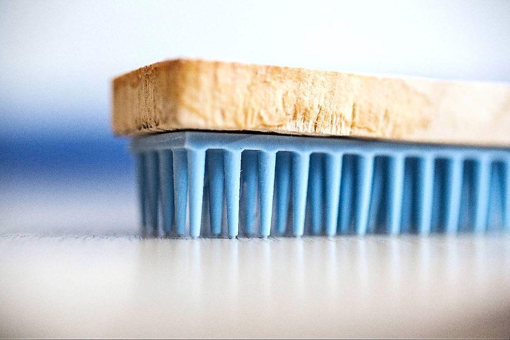 Støtdemper: Piggene under gulvet demper fall og kan ifølge forskerne forhindre så godt som alle lårhalsbrudd som skjer i hjemmet.