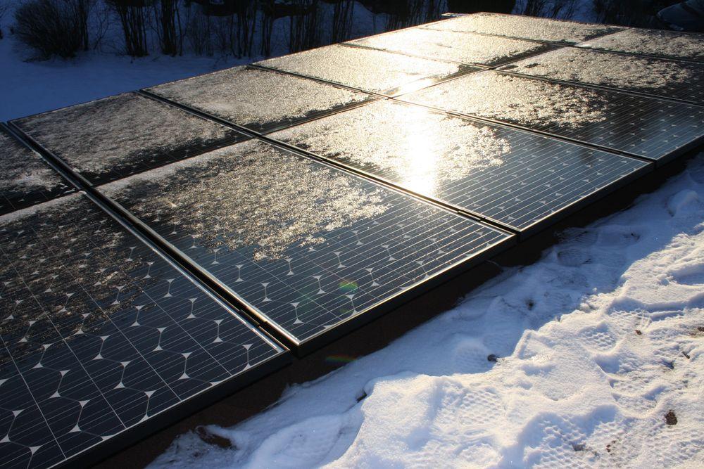 NEI TIL STØTTEORDNING: Enova ønsker ikke å etablere støtteordning som ville gjort det billigere for folk å skaffe seg solcellepanel, men vil fortsette å prioritere teknologiutvikling og støtte til solfangere. Foto: Mona Sprenger.