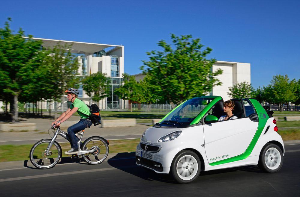 Det finnes en lyd som bilindustrien ikke helt har bestemt seg for. Hva sier elbilen? Foto: Daimler