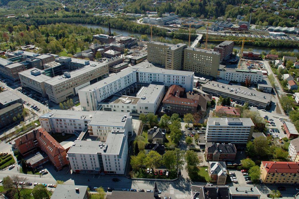 St. Olavs Hospital i Trondheim trekkes ofte frem som et kroneksempel på vellykket bruk av samspillkontrakt. I de deler av prosjekter der samspill ble benyttet ble garantikostnadene redusert med 55 prosent/m2, skadetallene gikk ned med 60 prosent og byggekostnadene ble redusert med 3.4 prosent. Tallene er fra artikkel publisert i Lean construction journal i 2012.