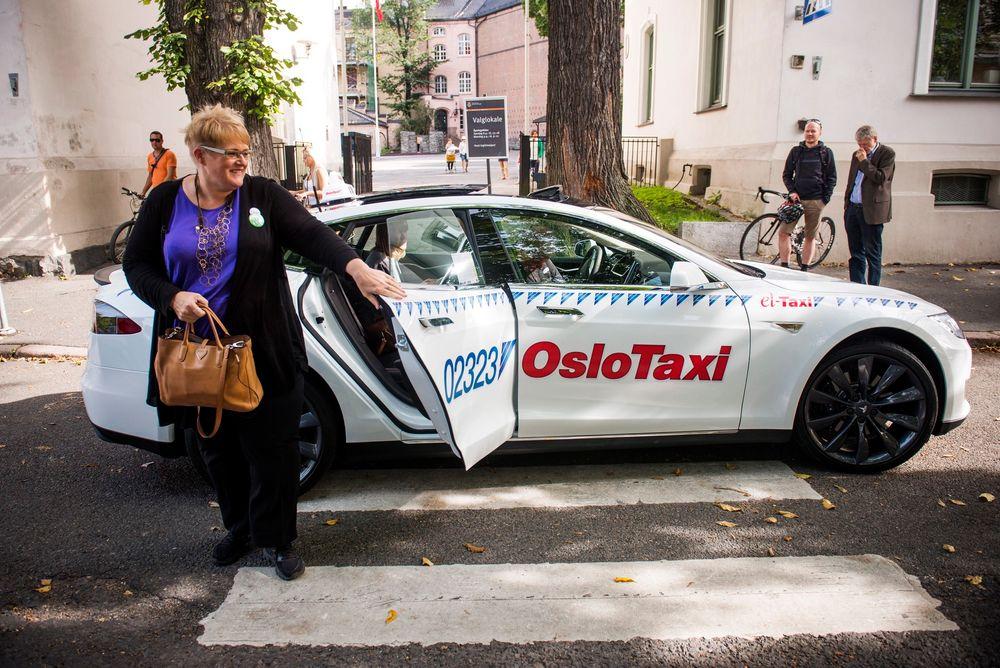 Et fåtalls drosjeeiere har allerede begynt å ta i bruk elbiler. Her ankommer Venstre-leder Trine Skei Grande Stortinget i en Tesla-taxi. Foto: Fredrik Varfjell / NTB scanpix
