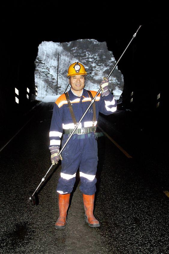 Charlie Chunlin Li. Professoren, bergingeniøren og oppfinneren av D-Bolt med «babyen» i hånden, i en tunnel på gamle E39.