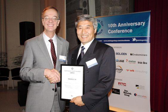 Charlie Li ble tildelt teknologiprisen Northern Lights Technology Award 2013 for D-Bolt. Her sammen med Magnus Ericsson, direktør i Raw Material Group. Juryen vektla kvaliteten på innovasjonsarbeidet som førte til den viktige utviklingen som D-Bolt representerer for sikringen av dype gruver.