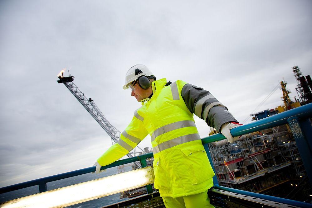 Statoils nye sokkelsjef, Arne Sigve Nylund, holder seg fast i vindkastene på Oseberg feltsenter i Nordsjøen.
