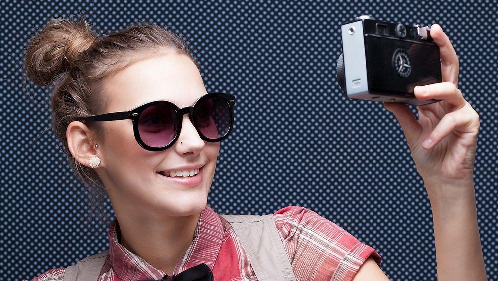 Sjeldnere og sjeldnere: Selvportretter, eller selfies, tas stort sett med mobilen i dag. Det får store konsekvenser for produsentene.