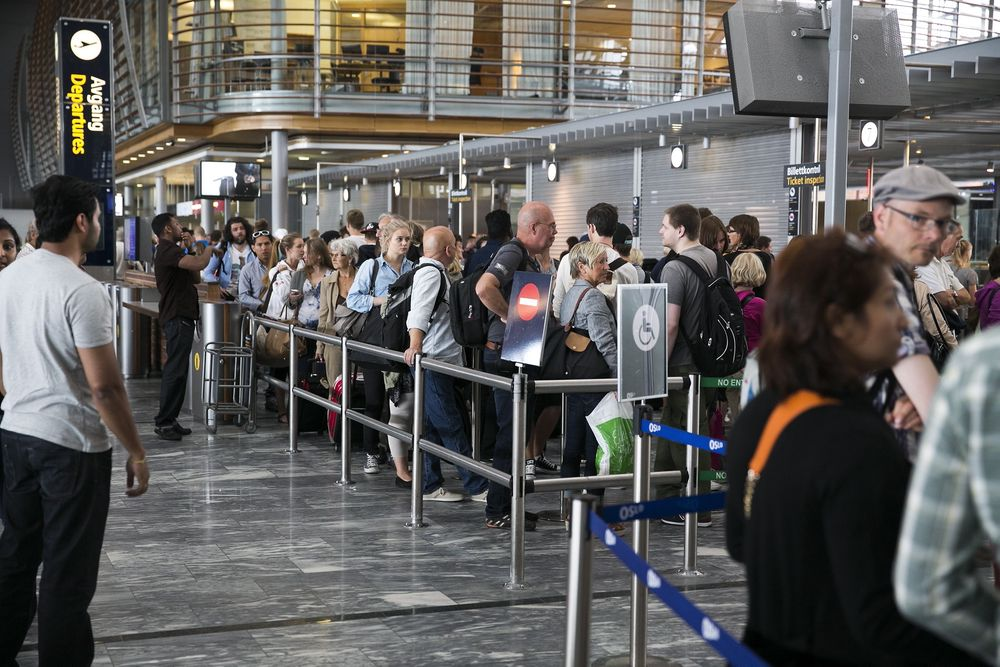På Værnes lufthavn har de installert infrarøde varmemålende kamera som bedre skal estimere hvor lang tid køen vil da i sikkerhetskontrollen. Bildet er tatt fra køen til sikkerhetskontrollen på Gardermoen.