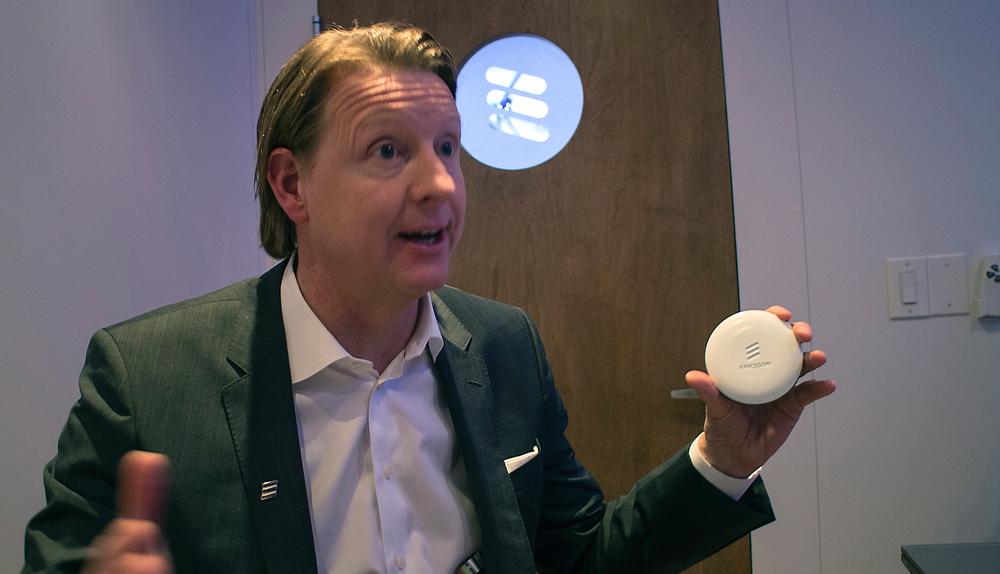 Se så liten: Sjefen for telecomgiganten Ericsson, Hans Vestberg, er svært fornøyd med selskapets nye innovasjon Radio Dot System, som han tror er løsningen for moderne bygninger med dårlig dekning innendørs.