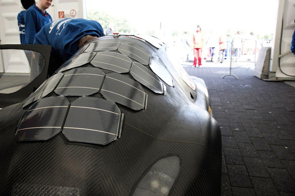 Spesialtilpassede tynnfilm solceller ble teipet på taket av bilen Elba som deltok i Shell eco-marathon i Rotterdam tidligere i år. Elba kjørte for Kungliga Tekniska Högskolan, hadde en snittfart på 25 km/h og fikk 15 prosent av energien fra solcellene.