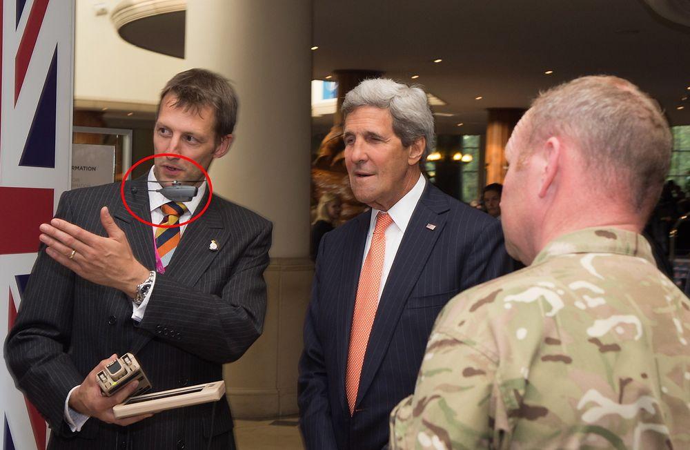 Kevin Nicholls fra Prox Dynamics demonstrerer PD-100 Black Hornet for den amerikanske utenriksministeren John Kerry under Nato-toppmmøtet i Wales 4. september.  Til venstre for dem, utenfor bildet, står PDs testpilot og opererer helikopteret.