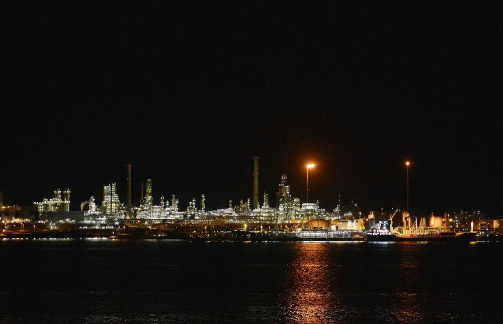 Regjeringen trosser miljøbevegelsen og lar Mongstad-raffineriet slippe elsertifikatplikt.