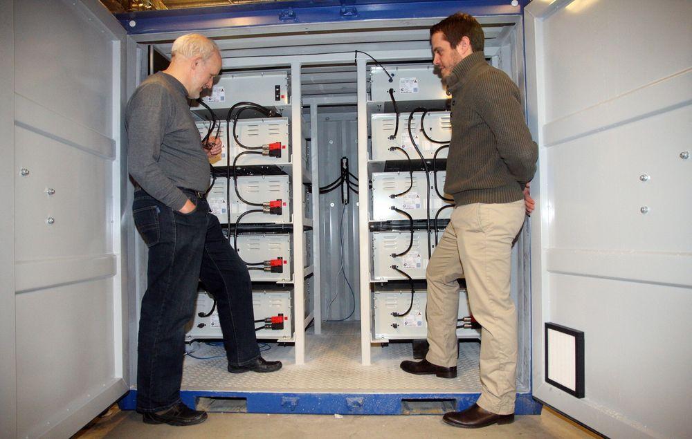 Strømstyrke til hybriddrift: Seniorrådgiver Erik Hennie ved Marintek (t-v.) og senioringeniør John O. Lindtjørn fra ABB arbeider med batterier fra Grenland Energy i hybridlaben som ble åpnet tidligere i år. Nå kommer en ny utgave av batteriet som kan avgi dobbelt som mye effekt.