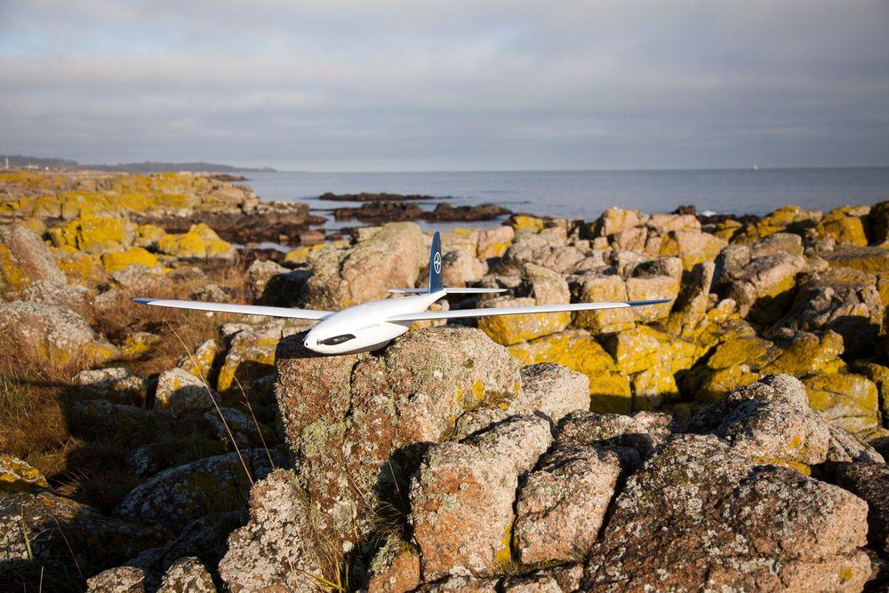 Lett: Den flyvende dronen veier i underkant av to kilo og kan fly opptil tre timer før den må lades.