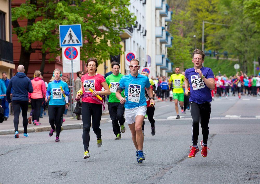 Farlig: Her kommer deltagere i Holmenkoll-stafetten løpende tidligere i år. Det brukes nanosølv i sportsutstyr og det kan vise seg å være skadelig for cellene våre.