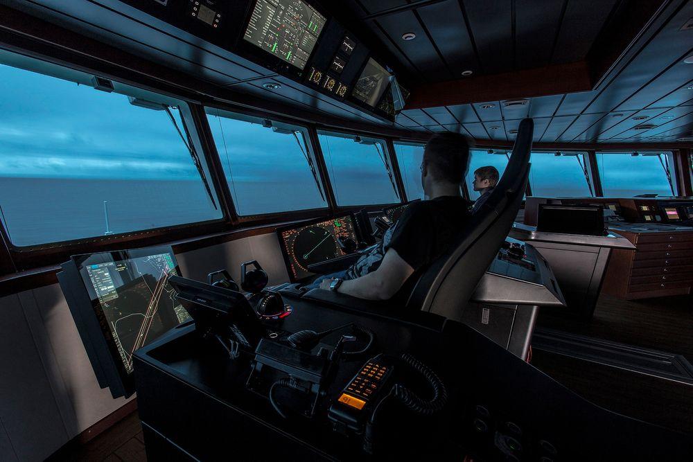 Mengder av informasjon via mange display på en skipsbro. Med ny standard kan utstyr fra flere leverandører integreres og presenteres enklere.