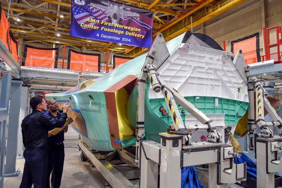 Teknikere på Northrop Grummans fabrikk i Palmdale gjennomfører den siste kvalitetssjekken på midtre skrogdel for AM-1, altså Norges første F-35.