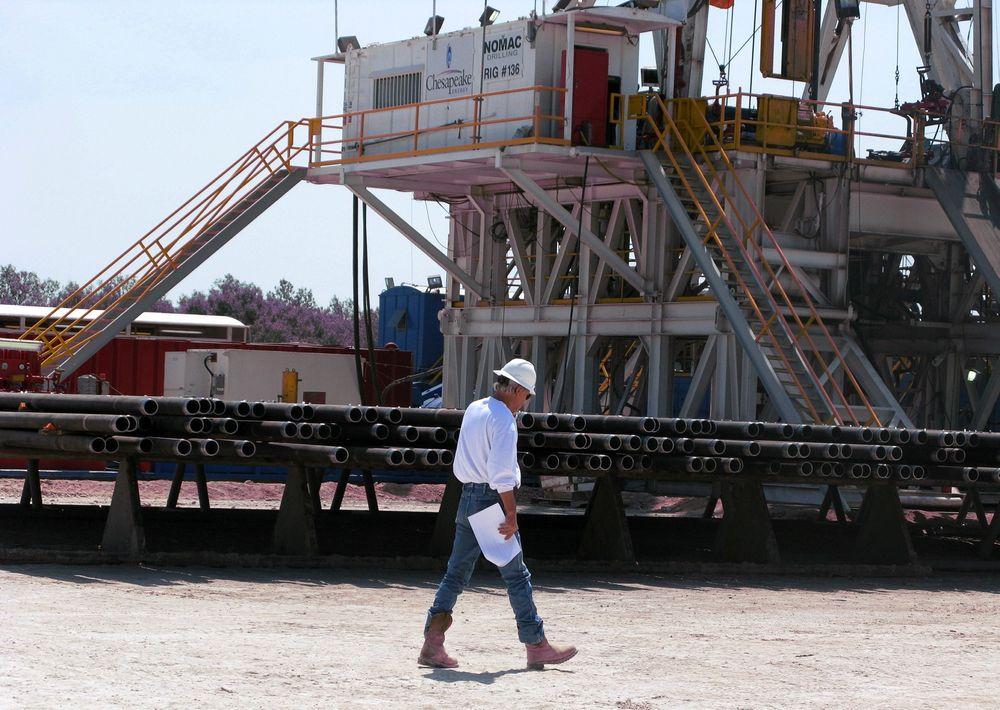 Omstridt: Her er en oljearbeider avbildet på et oljesandfelt i nærheten av Crystal City i Texas. Kongressen vil ha en omstridt oljerørledning fra Texas til Canada.