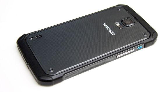 Baksiden gir inntrykk av at telefonen er røffere enn originalen.