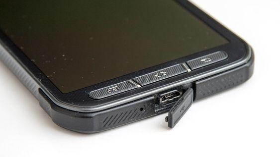 En luke sørger for at USB-kontakten er vanntett når den ikke er i bruk.