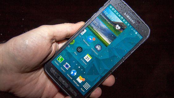 Skjermen har samme problem som de fleste andre mobilskjermer: Blir den våt får den problemer. Mengden regndråper på skjermen på dette bildet er alt som skal til for at berøringsresponsen blir kranglete.