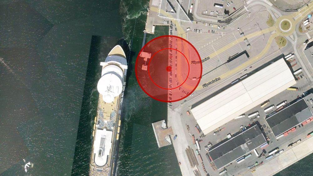 Kiel-fergen på vei ut fra Hjortneskaia. Bunkringsstedet for Norled med indre og ytre sikkerhetssone markert.