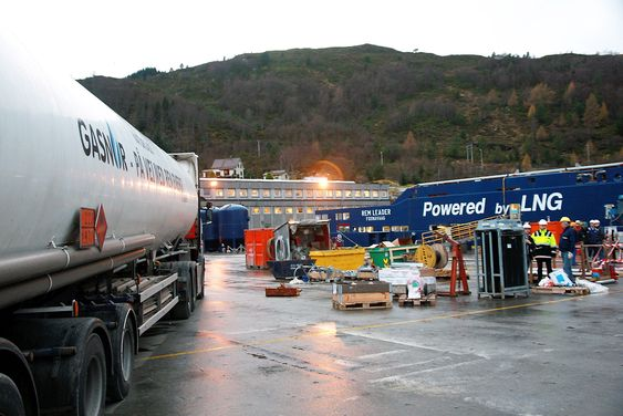 Tankbil fra Gasnor kjører i posisjon for å bunkre LNG på offshore forsyningsskip.
