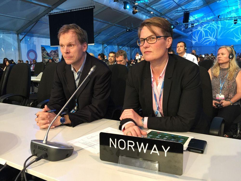 Norges forhandlingsleder Aslak Brun og klima- og miljøminister Tine Sundtoft (H) under innspurten av klimaforhandlingene i Lima tidligere i desember. En ny global klimaavtale skal etter planen vedtas i Paris om ett år.
